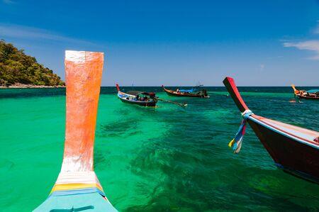 リペで水の下での海洋生物の島、サトゥーン、タイ、ロングテイル ボートをドッキングさせ色とりどりのサンゴを見てまわり、旅行者スノーケリン