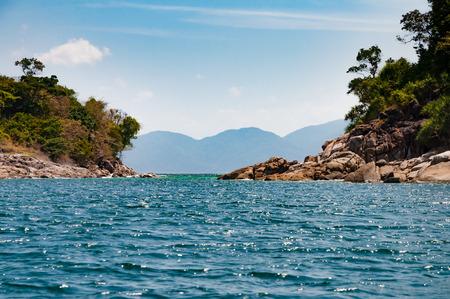 午後の青い澄んだ水の海と海峡の島々 と穏やかな海