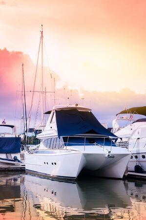 マリーナ プーケット、タイの夜に他のボートと、光の効果とカラー フィルターでドックの豪華カタマラン ヨット