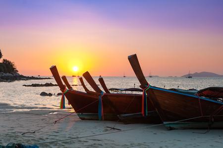 リペ島、タイ、色フィルター処理のハイシーズンで夕方ビーチやヨットのタイ伝統的なロングテール ボートや海の他のボートと色鮮やかな夕焼け