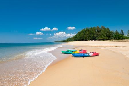 熱帯のビーチとプーケット島、タイの穏やかな青い海にカラフルなカヤック