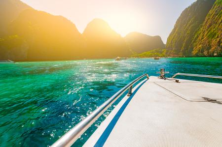 ボート アプローチ マヤ湾クリタル クリア emeral 海と美しいビーチの黄金の光フィルターとハイシーズン クラビ、タイ