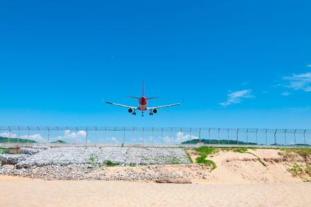 2 つのジェット エンジン飛行機ビーチ、タイ プーケット国際空港の滑走路背面着陸 写真素材