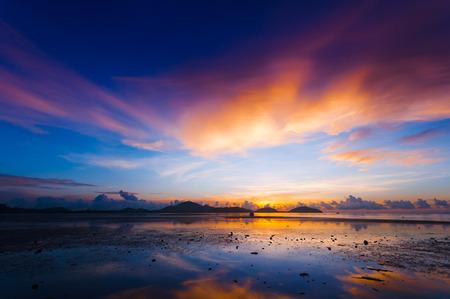 夜明け前に朝日の出作成カラフルな青、紫色およびオレンジ Sapanhin、タイ、プーケット島の風光明媚な港します。
