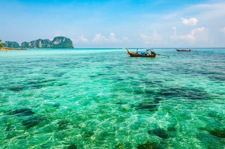 近くのプーケット、タイのクラビでピピ島アンダマン海のクリスタル クリアな青緑色の海