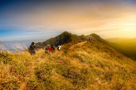 観光客のグループは、カンチャナブリ、タイのチャンプア山の素晴らしい景観と山の上にハイキングを楽しむ金光フィルター