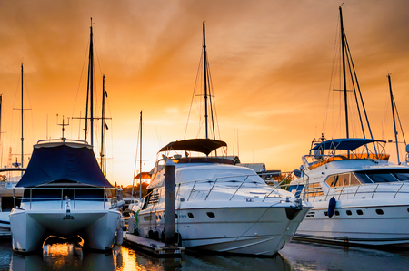 夕方には、プーケット、タイ、マリーナに停泊するボートとヨット 写真素材