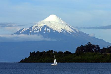 オソルノ火山、湖 Llanquihue、チリ