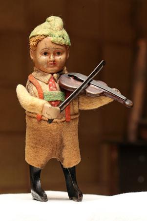 スズのおもちゃ、小さなバイオリニスト 写真素材 - 96126384