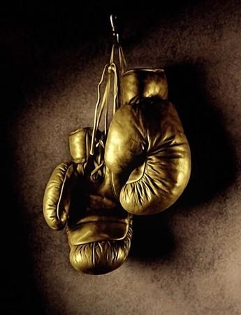 guantes de boxeo: Foto de guantes de boxeo colgados en la pared