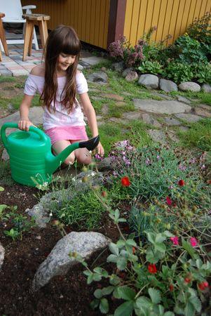 Mädchen im Garten Standard-Bild - 5293565