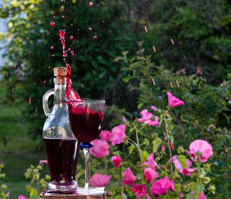 homemade blueberry wine splash in the garden Standard-Bild