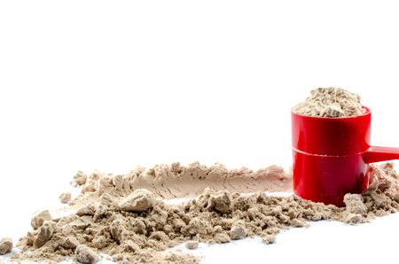 Polvo de proteína de suero de leche con la cucharada en el fondo blanco Foto de archivo - 41194217
