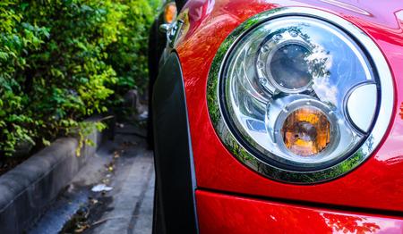 gotas de agua: Cierre de faros de coche deportivo Foto de archivo