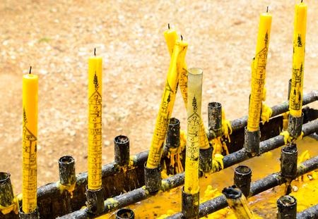 kaarsen die zich bij een boeddhistische tempel kaarsen zijn gesmolten.