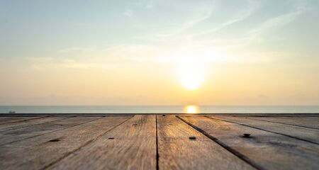 Den Sonnenaufgang am Strand von Hua Hin . betrachten Standard-Bild