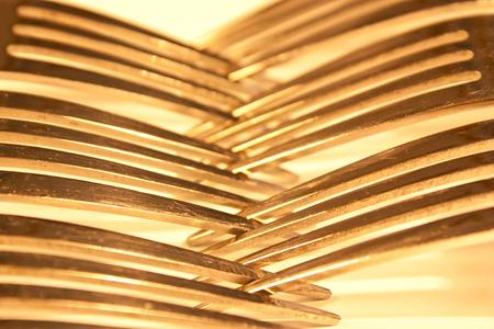 interlinked: La imbricaci�n de las horquillas en una mesa Foto de archivo