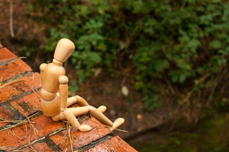 Un maniquí representa a una persona que está sumida en una profunda depresión y que contempla la posibilidad de abandonar su vida mediante el suicidio.