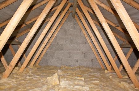 fibra de vidrio: A view of attic insulation within a typical household. Foto de archivo