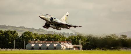 Een supersonische straaljager van de Franse luchtmacht, opstijgend vanaf een Britse luchthaven. Redactioneel
