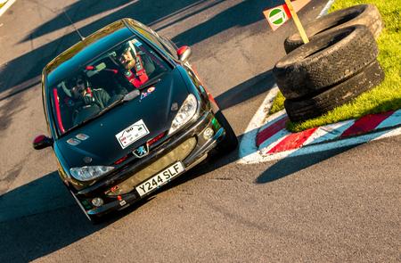 18. November 2018 - Cadwell Park, Lincolnshire, Vereinigtes Königreich. Die Teilnehmer rasen in ihren modifizierten und angetriebenen Rallye-Autos über eine asphaltierte Rennstrecke.