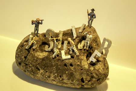 The word Silver on a rock surface to show the findings of any item really whether it be historic, treasure or for fun. Standard-Bild