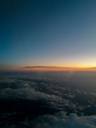 Una vista aérea de pasajeros a través de los impresionantes cielos azules, durante el otoño.