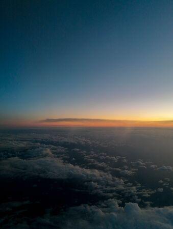Une compagnie aérienne de passagers vue sur le superbe ciel bleu, au cours de l'automne.