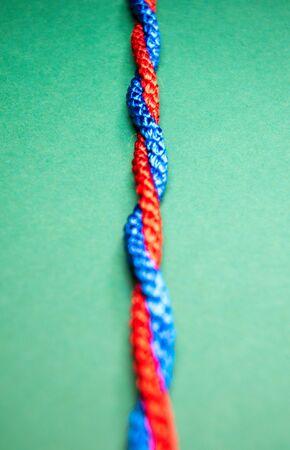 Chaîne de couleur primaire colorée torsadée sur un fond bleu vif. Banque d'images