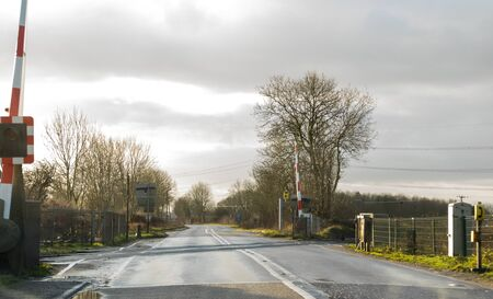 An empty and open level crossing, one of thousands found across the United Kingdom. Imagens