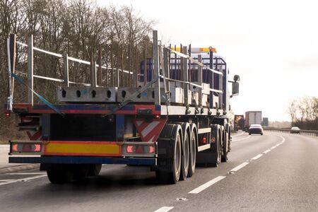 Un grande camion viaggia attraverso il paese per consegnare o ritirare merci per la prossima sede dell'attività. Archivio Fotografico