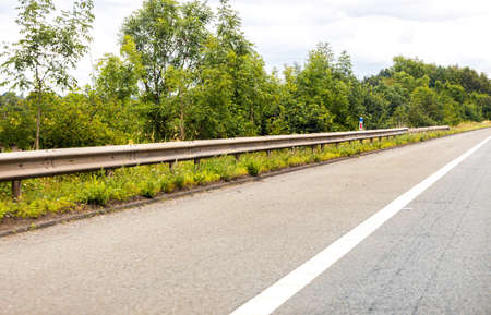 A British road hard shoulder seen from the driver or passenger view. This 'lane' used for vehicles that have an emergency or have broken down to keep them safe. Standard-Bild