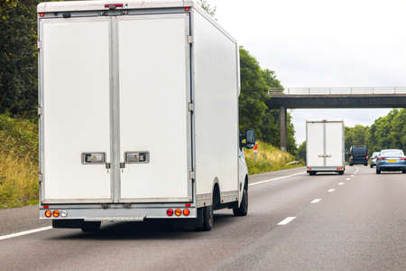 A large HGV vehicle traveling along one of the main road routes of the United Kingdom, on a summer's day. Taking goods to and from their suppliers and customers. Standard-Bild