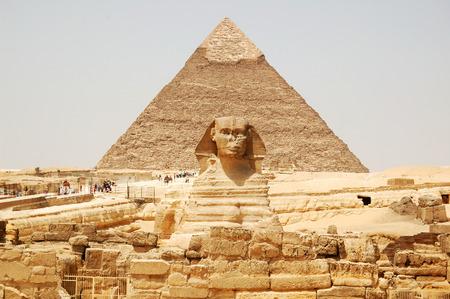 esfinge: Spynx cara en el fondo de la pirámide de Giza, El Cairo, Egipto