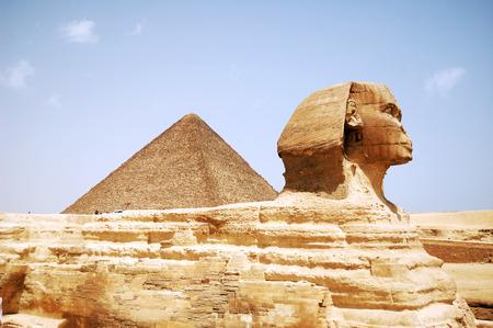 esfinge: Cabeza de la esfinge y la pir�mide en Giza Egipto