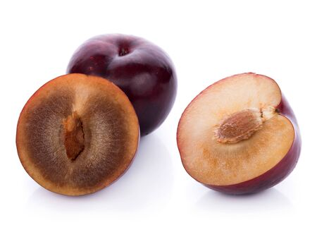 plums isolated on white background 版權商用圖片 - 132299618