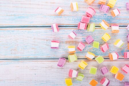 closeup colorful candy and jelly sweet on wooden 版權商用圖片 - 132739102