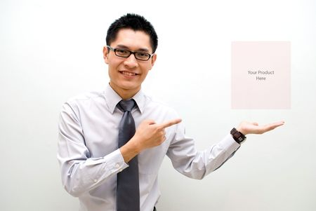 lazo regalo: Hombres de negocios asi�ticos y apunta la presentaci�n del producto Foto de archivo