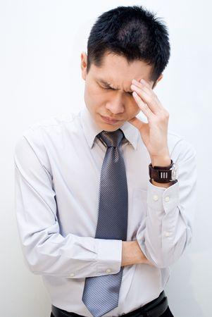 male headache: Hombres de negocios de Asia que tengan dolor de cabeza
