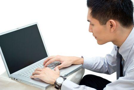 side profile: Profilo laterale colpo di uomini d'affari asiatici di lavoro sul computer portatile Archivio Fotografico