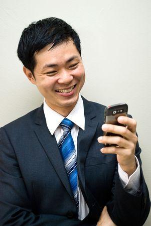 personas comunicandose: De Asia hombre de negocios de lectura de SMS o una videollamada