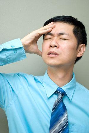 male headache: Dolor de cabeza masculina de negocios de Asia