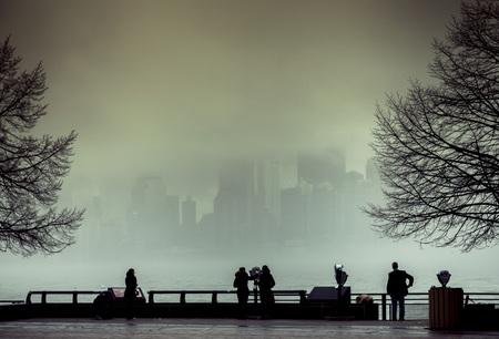 Mening van Manhattan van Liberty Island in een mistige dag.