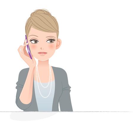 mujer decepcionada: Mujer bonita con el ce�o fruncido mientras habla por tel�fono. Vectores