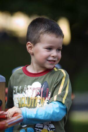 chłopięctwo: Portret kid odtwarzanie na zewnÄ…trz Zdjęcie Seryjne