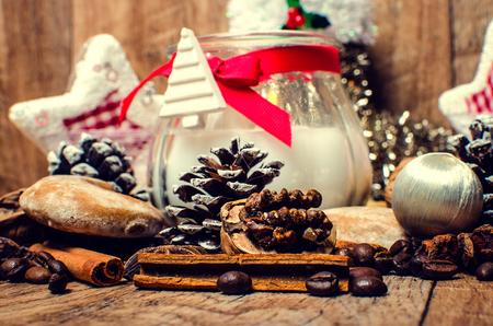 Karácsonyi gyertya, fűszerek, kávé és fahéj