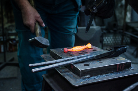 Blacksmith at work, hit with a hammer by a hot metal on the anvil. Banco de Imagens - 91343606