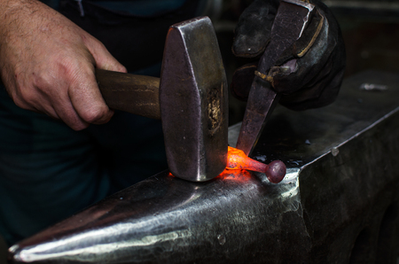 Blacksmith at work, hit with a hammer by a hot metal on the anvil. Banco de Imagens - 91760720