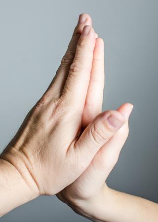 Mão masculina e feminina.