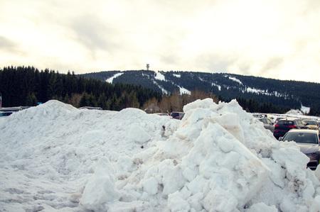 estacionamento na área de esqui nas montanhas checas. Imagens